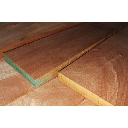 Niangon mahagóni fűrészáru hobby fa 26 mm OF. 1000 mm alatt szárított szélezett